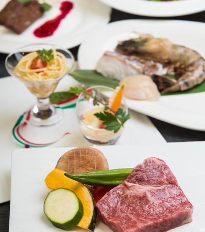 【鉄板焼】最上階で味わう美食ランチ<br />カウンター目の前の鉄板で楽しむ<br />シェフのパフォーマンス!